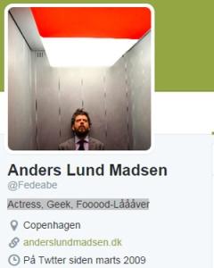Anders Lund Madsens bio-profil på Twitter er som manden selv.