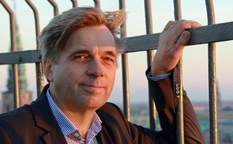 """Geir Terje Ruud har netop udgivet bogen """"Journalistiske Entreprenører"""" og præsenterede den hos Publicistklubben i Skindergade. Inden foredraget lykkedes det at lokke ham med til en hurtig foto-seance på toppen af Rundetårn. (Foto: Ernst Poulsen)"""